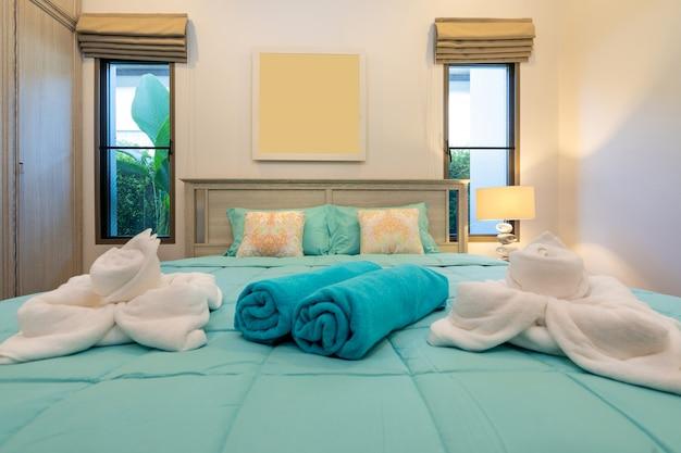 Camera da letto moderna con scrivania e biancheria da letto