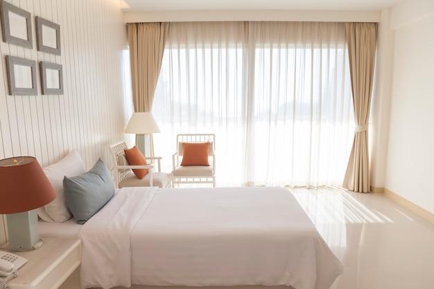 Camera da letto moderna di lusso al mattino.
