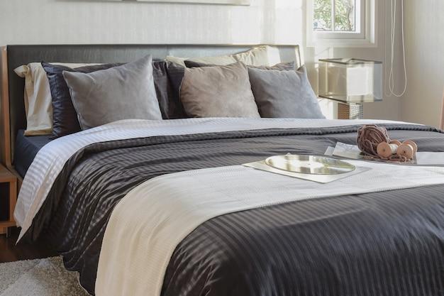 Camera da letto moderna tonalità nera decorativa con libro