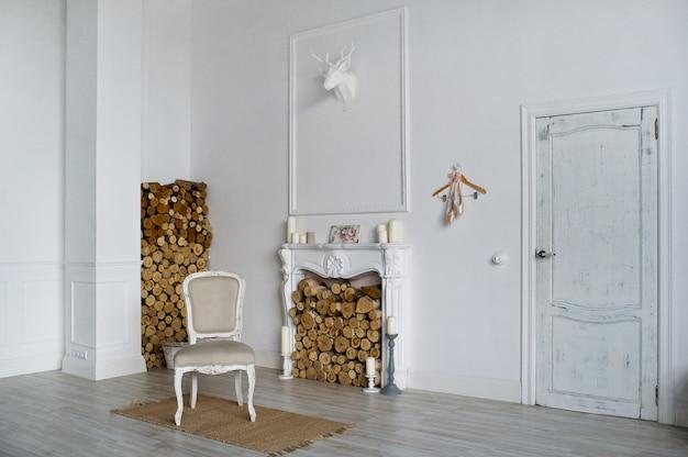 Camera in stile provenzale tradizionale in legno con tutti gli elettrodomestici moderni