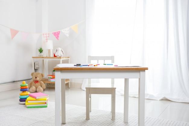 Camera minimalista e colorata positiva per bambini e adolescenti, concetto educativo per i bambini della scuola. decorrative della stanza dei giochi per il bambino a casa.