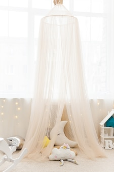 Camera per bambini con tenda in tessuto e giocattoli