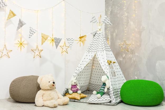 Camera per bambini moderna ed elegante. wigwam per bambini nella stanza dei bambini