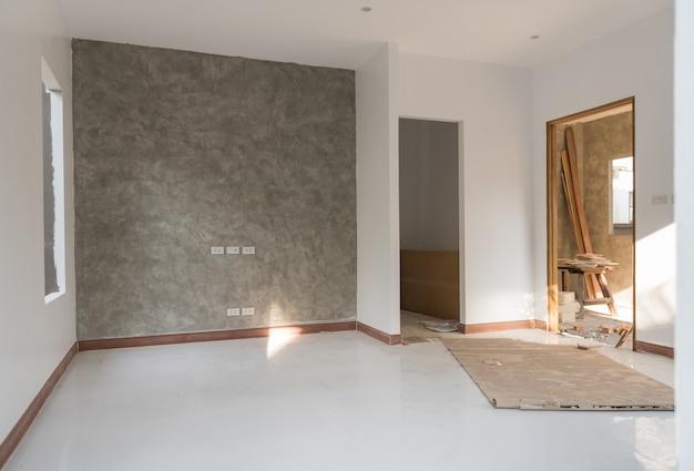 Camera rinnovata con pavimento e parete in cemento a soppalco