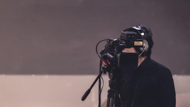 Cameraman in una sala per seminari
