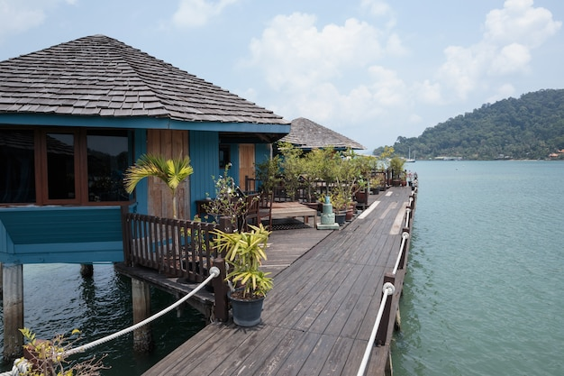 Camere sugli stilts nel paesino di pescatori di bang bao, koh chang, tailandia