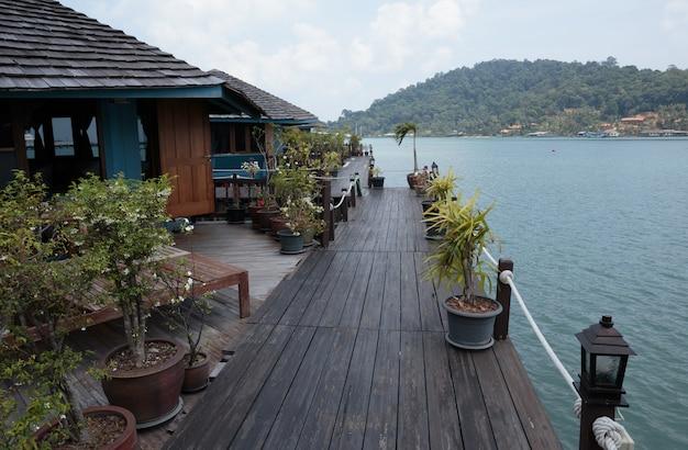 Camere sugli stilts nel paesino di pescatori di bang bao, tailandia