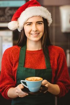 Cameriera carina dando un caffè al cliente