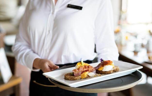 Cameriera che lavora in un ristorante dell'hotel