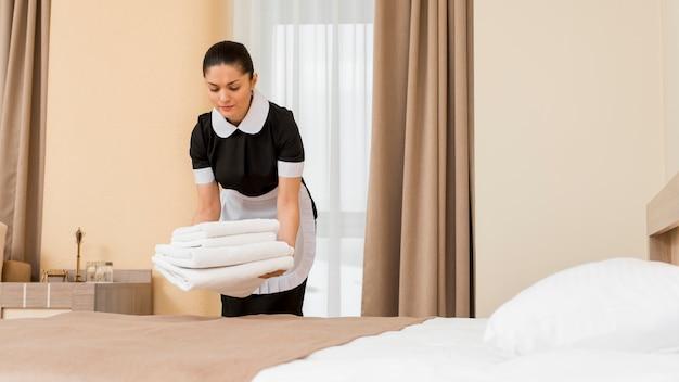 Cameriera che prepara la stanza d'albergo