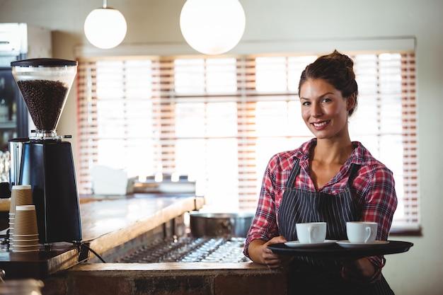 Cameriera con caffè