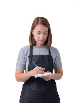 Cameriera, donna di consegna o servicewoman in camicia grigia e grembiule isolato su bianco