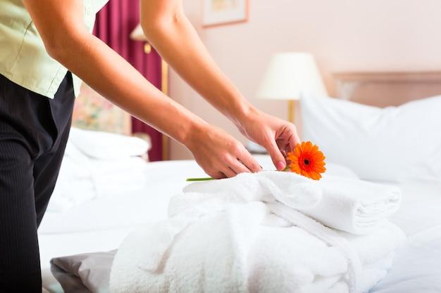 Cameriera facendo il servizio in camera in hotel