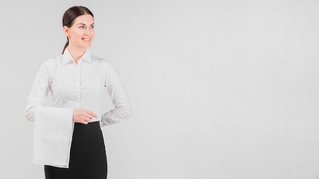 Cameriera in uniforme sorridente