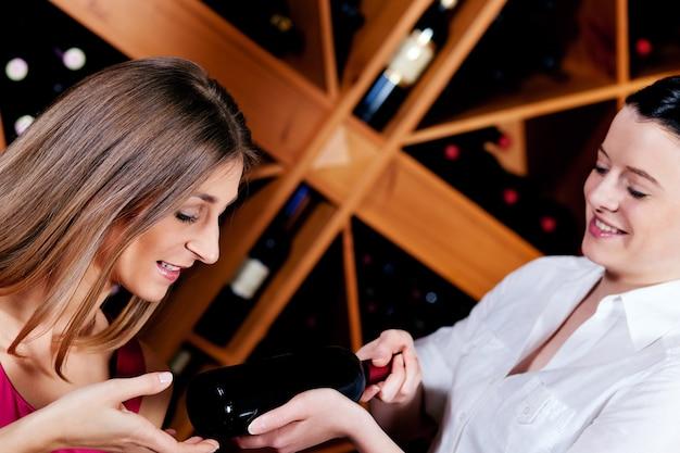 Cameriera nel ristorante che offre vino rosso