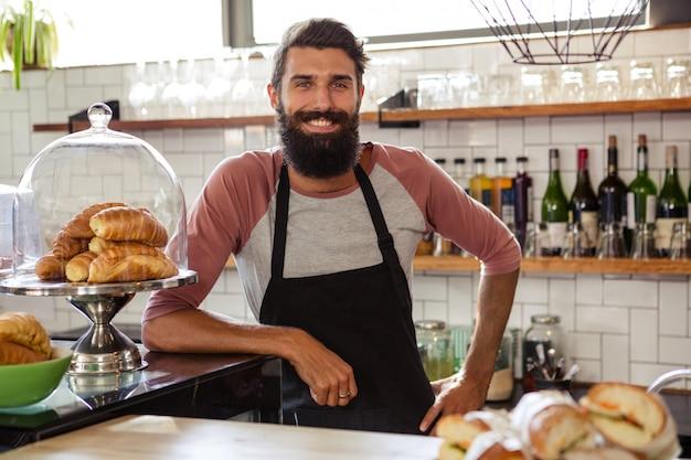 Cameriere appoggiato al bancone