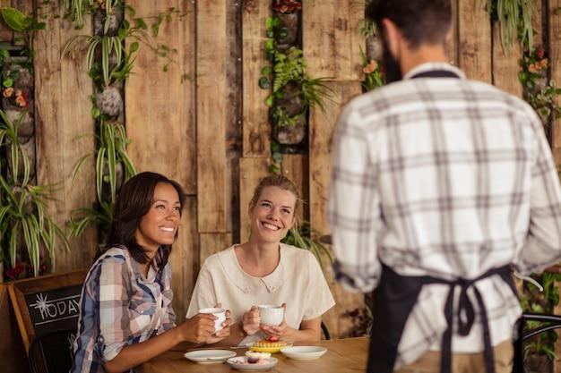 Cameriere che interagisce con i clienti