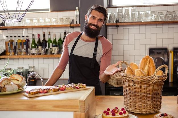 Cameriere che presenta cibo
