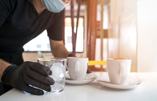 Cameriere che serve caffè