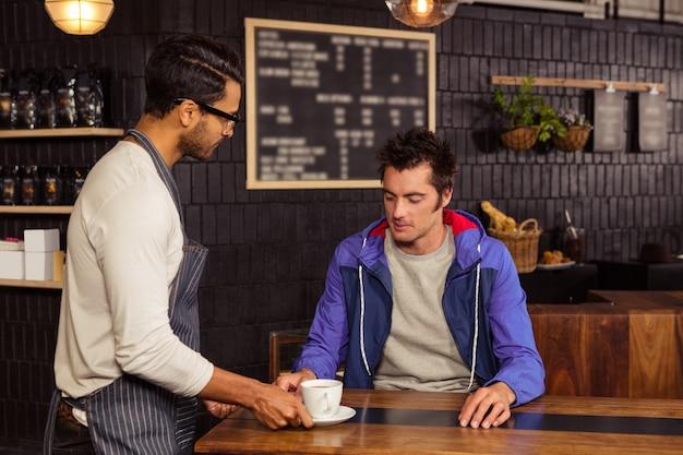 Cameriere che serve un caffè