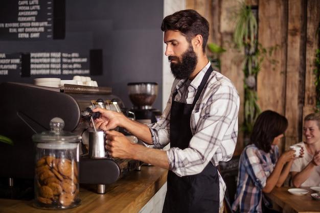 Cameriere con macchina per il caffè