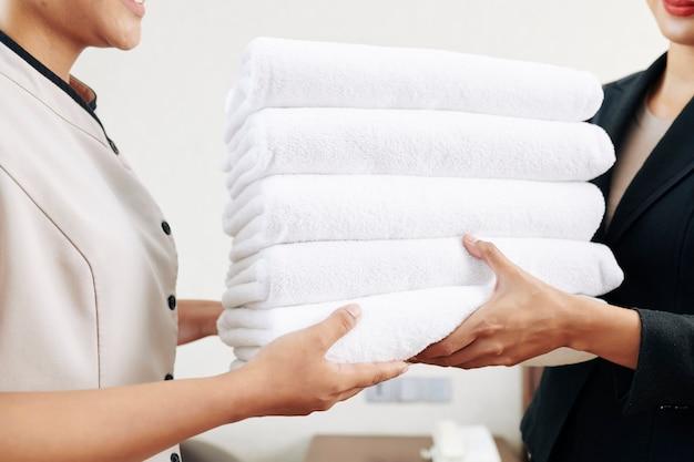 Cameriere in possesso di asciugamani puliti