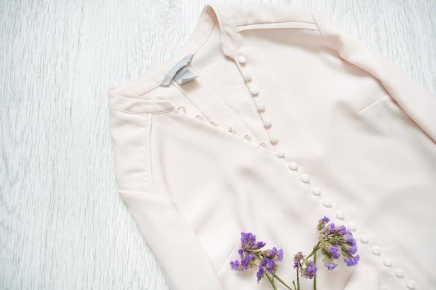 Camicetta rosa con bottoni e fiori di campo. alla moda