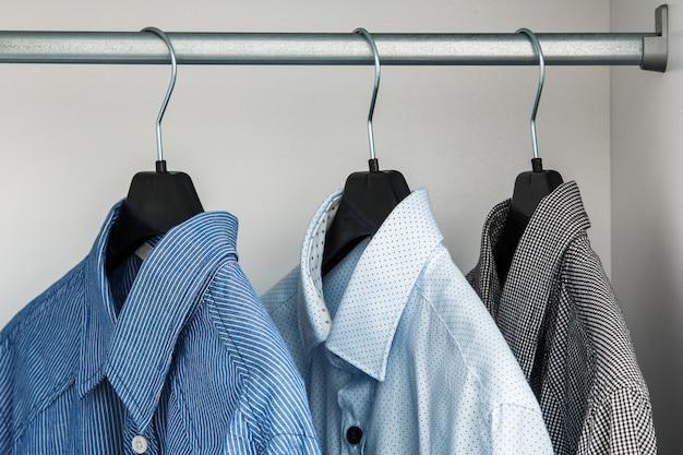 Camicia diversa nell'armadio