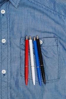 Camicia e penne colorate