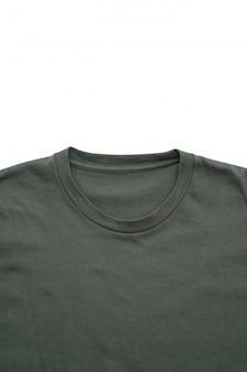 Camicia. t-shirt piegata su bianco