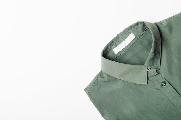 Camicia verde piegata su bianco