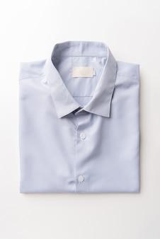 Camicie da uomo bianche nuove piegate su bianco
