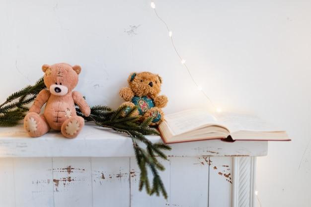 Caminetto con un libro e decorazioni natalizie.