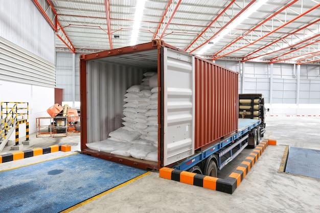 Camion al magazzino di industria di spedizione del bacino di caricamento