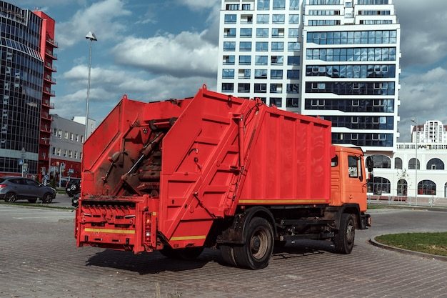 Camion della spazzatura auto nel parcheggio, smaltimento dei rifiuti.