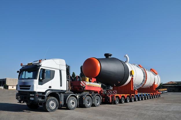 Camion di grandi dimensioni con ruote multiple e serbatoio