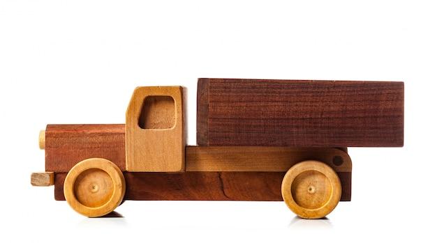 Camion di legno su sfondo bianco.