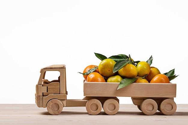 Camion giocattolo con mandarini e clementine.