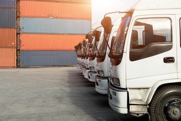 Camion portacontainer nel deposito al porto. logistica importazione esportazione sfondo e concetto di industria dei trasporti.