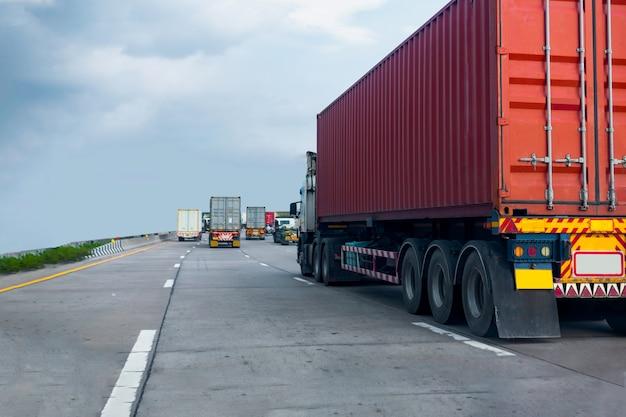 Camion sulla strada statale con contenitore rosso, trasporto industriale logistica trasporto terrestre sull'asfalto