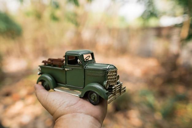 Camioncino giocattolo verde a portata di mano