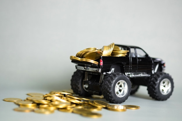 Camioncino in miniatura con pile di monete