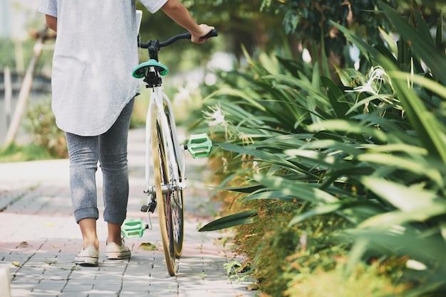 Camminando con la bicicletta