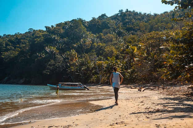 Camminando sulla spiaggia di puerto caribe a punta de sal nel mar dei caraibi, tela. honduras