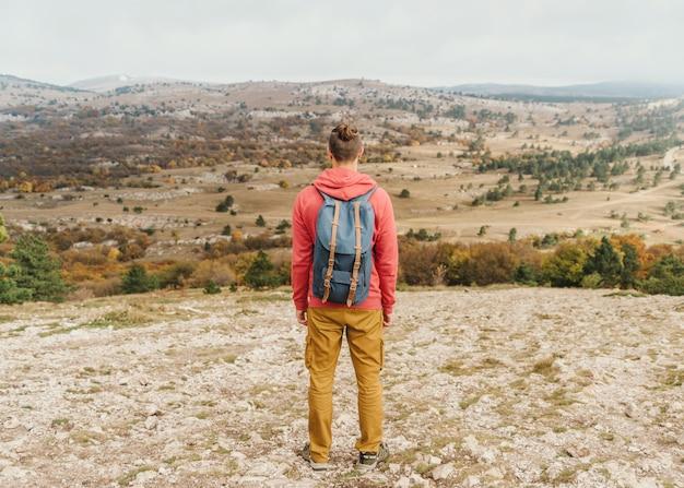 Camminare maschio dell'esploratore all'aperto.