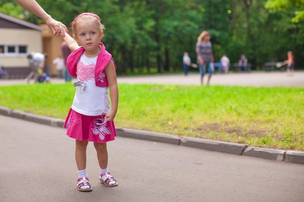 Camminata della bambina all'aperto e divertendosi nel parco