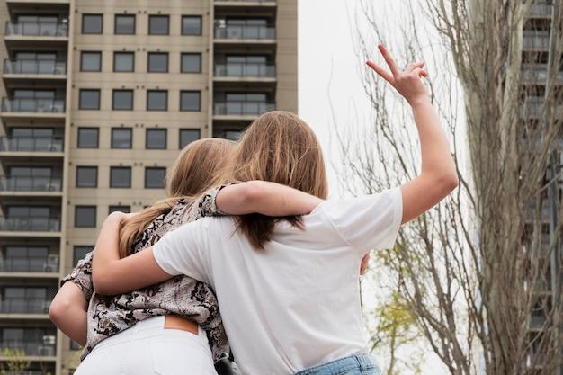 Camminate giovani amiche di angolo basso