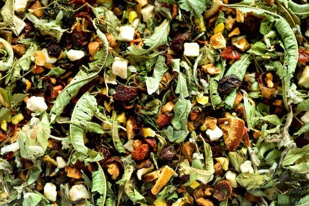 Camomilla secca biologica e tisana alle erbe. cibo. foglie di erbe biologiche sane