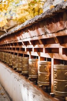 Campana per la preghiera in autunno a leh ladakh, in india