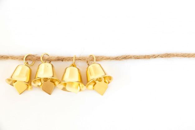 Campane d'oro su una corda marrone